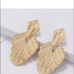 🌹✅Gold Leaf Shaped Statement Drop Earrings.